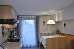 Blick in den Kochbereich samt Sitzecke.